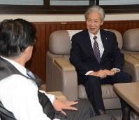 川勝知事を訪問した熊本県嘉島町の荒木町長=静岡市葵区の県庁で