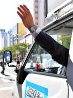 選挙カーから手を振る候補者=福岡市博多区で2017年10月10日