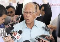 記者団の質問に答えるフィリピンのロレンザーナ国防相=マニラで8日、AP