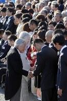 秋の園遊会で、出席者と握手を交わされる天皇、皇后両陛下=東京・元赤坂の赤坂御苑で2017年11月9日午後2時42分、小川昌宏撮影