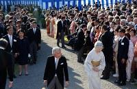 秋の園遊会に出席され、参加者とあいさつを交わしてまわる天皇、皇后両陛下=東京・元赤坂の赤坂御苑で2017年11月9日午後2時44分、小川昌宏撮影