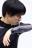 前日練習で調整する羽生結弦=大阪市中央体育館で2017年11月9日、佐々木順一撮影