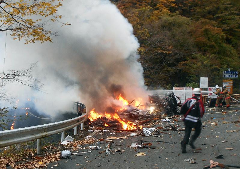 ヘリ墜落:橋の上で炎…