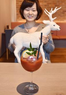 新感覚の「ヘルシーカクテル」として、全国の料飲店向けに展開している「赤い白鹿」=兵庫県西宮市鞍掛町の白鹿クラシックスで、元田禎撮影
