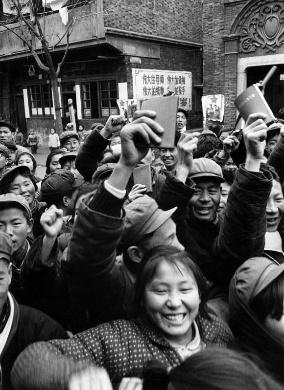 文化大革命のさなか、毛沢東語録を手に気勢をあげる群衆=1967年、荒牧万佐行氏撮影