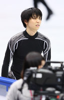 Figure skater Yuzuru Hanyu is seen after falling during practice on Nov. 9, 2017, a day before the start of the NHK Trophy competition at Osaka Municipal Central Gymnasium in Osaka. (Mainichi)