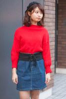 デニム素材の台形スカートをはく女性=日本ファッション協会提供