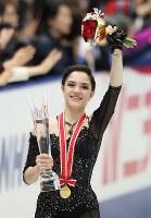 女子シングルで優勝し、笑顔を見せるメドベージェワ=大阪市中央体育館で2017年11月11日、佐々木順一撮影