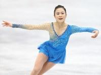 女子フリーで演技する宮原知子=大阪市中央体育館で2017年11月11日、佐々木順一撮影
