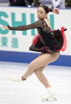 女子フリーで演技する本郷理華=大阪市中央体育館で2017年11月11日、佐々木順一撮影