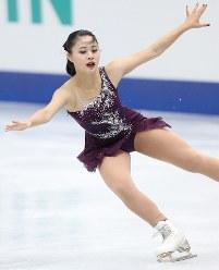 女子フリーで演技する白岩優奈=大阪市中央体育館で2017年11月11日、佐々木順一撮影