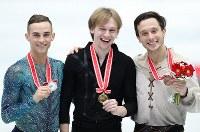 男子シングルで優勝して笑顔を見せるボロノフ(中央)。左は2位のリッポン、右は3位のビチェンコ=大阪市中央体育館で2017年11月11日、佐々木順一撮影