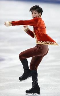 男子フリーで演技する佐藤洸彬=大阪市中央体育館で2017年11月11日、佐々木順一撮影