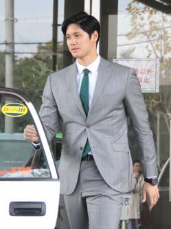 選手の寮を出てタクシーに乗り込む日本ハム・大谷=千葉県鎌ケ谷市で2017年11月10日午後1時4分、谷口拓未撮影