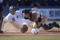 【日大三-日本航空石川】九回裏日本航空石川2死一、二塁、山岡の右前打で二塁から上田(左)が本塁を突くも、捕手・斉藤と接触し守備妨害でアウト=神宮球場で2017年11月10日、渡部直樹撮影