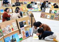 「えほんのひろば」で本を楽しむ子どもら=堺市南区で、池田一生撮影