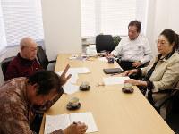 「ちょっと待って」。寺西笑子さん(右端)、岩城穣弁護士(右から2人目)からの注文をメモする桂福車さん(左端)。それを見守る小林康二さん=大阪市北区で、松井宏員撮影