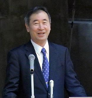 神岡でのニュートリノ研究について解説する梶田隆章さん=富山市八木山の市立大沢野中で、青山郁子撮影