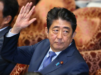 Prime Minister Shinzo Abe raises his hand during a session of the House of Representatives Committee on Budget in this July 24, 2017 file photo. (Mainichi)