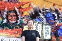 ねぶた師の北村麻子さん。後方は大賞の「紅葉狩」=青森市内で