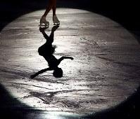 エキシビションで演技を披露するメドベージェワ=大阪市中央体育館で2017年11月12日、佐々木順一撮影