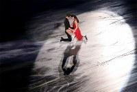 エキシビションで演技を披露するテッサ・バーチュー、スコット・モイヤー組=大阪市中央体育館で2017年11月12日、佐々木順一撮影