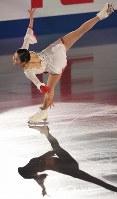 エキシビションで演技を披露する宮原知子=大阪市中央体育館で2017年11月12日、佐々木順一撮影