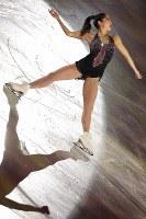 エキシビションで演技を披露する長洲未来=大阪市中央体育館で2017年11月12日、佐々木順一撮影
