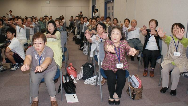 誤嚥性肺炎の予防講座は各地の自治体や高齢者クラブで開かれている。写真は予防体操に取り組む参加者