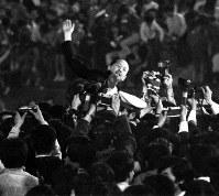 ロッテオリオンズが東京スタジアムでパ・リーグ優勝を決め、オーナーの永田雅一も選手とファンに胴上げされた=1970年10月7日