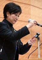 希望の党両院議員総会で代表辞任の意向を表明し、あいさつを終えてマイクを置く小池百合子東京都知事=衆院第1議員会館で2017年11月14日午後5時9分、川田雅浩撮影