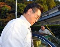 部屋に戻った伊勢ケ浜親方=福岡県太宰府市で2017年11月14日午後4時29分、森園道子撮影