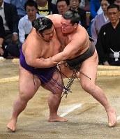 立ち合い後、貴景勝を激しく攻める白鵬(右)=福岡国際センターで2017年11月14日、矢頭智剛撮影
