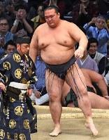 稀勢の里(手前)が寄り切りで千代大龍を降す=福岡国際センターで2017年11月14日、矢頭智剛撮影