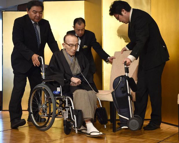 在宅酸素療法を受けている落語家の桂歌丸さん=東京都新宿区で2017年7月26日、丸山博撮影