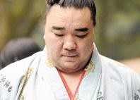 Yokozuna Harumafuji looks downward while speaking to reporters on the morning of Nov. 14, 2017, in Dazaifu, Fukuoka Prefecture. (Mainichi)