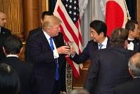首相主催の夕食会でトランプ米大統領(左)と乾杯する安倍晋三首相=東京・元赤坂の迎賓館で6日午後7時41分(代表撮影)