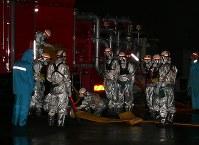 暗闇の中で作業する訓練参加者たち=御前崎市の浜岡原発で