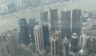 高層ビルが林立する上海中心部=2017年3月、西岡省二撮影