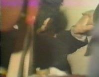 車両から突き出した生徒の手。救助隊員の手を強く握り返していた(「上海的不眠之夜」より)