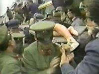 救助されて搬送される高知学芸高校の女子生徒(「上海的不眠之夜」より)