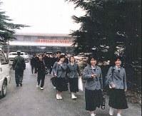 3月21日、上海・虹橋空港からバス乗り場に向かう生徒ら(遺族提供)