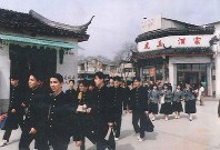 3月23日午前、虎丘を見学する修学旅行一行(遺族提供)