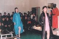 3月23日、現代ファッションショーを観賞する修学旅行一行(遺族提供)