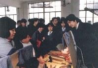 3月23日、刺しゅう研究所を見学する生徒ら(遺族提供)