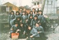 記念写真を撮る修学旅行ら。この中の引率教諭、生徒の多くが犠牲になった(遺族提供)