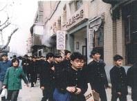 中国の町並みに触れる生徒ら(遺族提供)