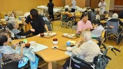 食事の介助を受ける特別養護老人ホームの入所者