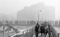 朝からのスモッグで梅田周辺が灰色にかすむ中、出勤を急ぐ人たち=1966年11月11日午前8時半撮影