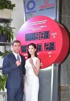 Olympic gold medal-winning swimmer Chad le Clos, left, and Japanese model Nanao pose in front of a clock counting down to the start of the 2020 Tokyo Olympic and Paralympic Games in Tokyo's Ginza district, on Nov. 16, 2017. (Mainichi)